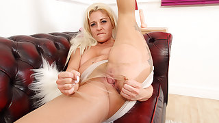 UK milf Kelly Cummins lets underpants hug their way bare fanny
